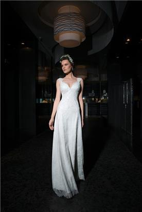 שמלת כלה צמודה בעיצוב זורם