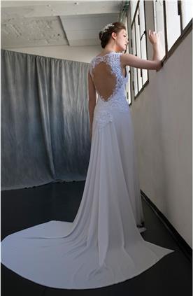 שמלת כלה עם גב פתוח בשילוב תחרה וחצאית חלקה