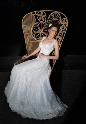 שמלת כלה: שמלה עם כתפיות עבות, קולקציית 2015, שמלה בסגנון רומנטי, שמלה בסגנון קלאסי, שמלה עם תחרה, שמלה עם חרוזים, שמלת משי, שמלה עם מחשוף, שמלה עם שובל, שמלה בצבע לבן - אילה עמרני