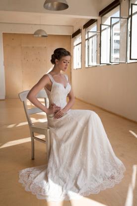 שמלת כלה אלגנטית עם שובל