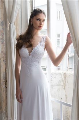 שמלת כלה עם מחשוף עמוק ותחרה עדינה