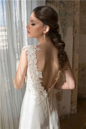 שמלה עם גב חשוף ועיטור תחרה לאורך הפתח