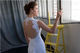 שמלת כלה עם קישוט מיוחד בגב