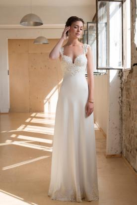 שמלת כלה צמודה עם תחרה באזור החזה