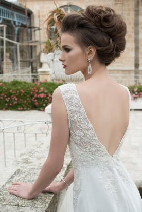 שמלת כלה עם גב מעוטר תחרה
