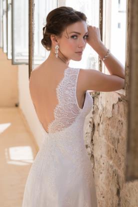 שמלת תחרה עם כתפיים מכוסות