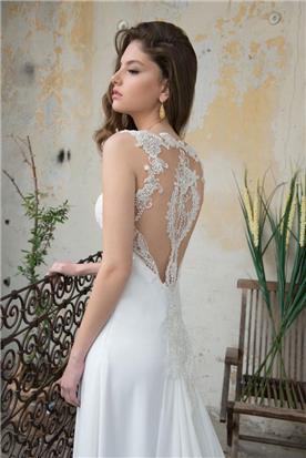 שמלה עם אפליקציה מיוחדת בגב