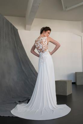 שמלת כלה עם גב תחרה מיוחד בסגנון נשפך