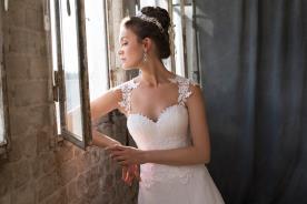 שמלת כלה עדינה עם מחשוף לב