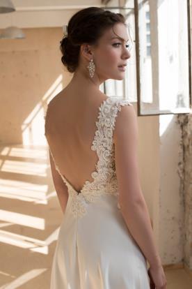 שמלת כלה עם גב מעוטר תחרה וחרוזים
