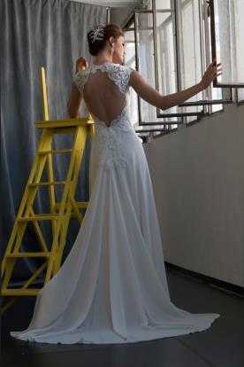 שמלת כלה גב תחרה פתוח ושובל