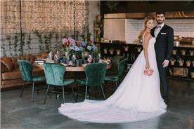 שמלת כלה: שמלה עם כתפיות דקות, שמלה בסגנון רומנטי, שמלה עם תחרה, שמלה עם שובל, שמלה עם גב חשוף, שמלה בצבע לבן - אילה עמרני