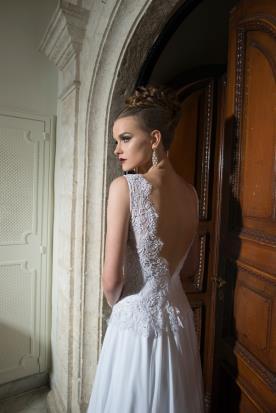 שמלת כלה עם כתפיות עבות ותחרה עשירה