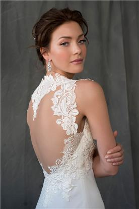 שמלת כלה עם תחרה פרחונית ופתח בגב