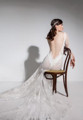 שמלת כלה גב חשוף V ושובל תחרה