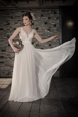 שמלת כלה נשפכת עם תחרה