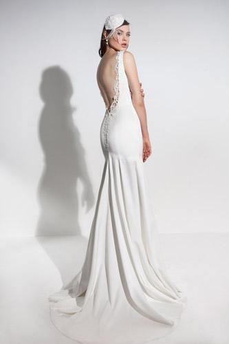 שמלת כלה גב פתוח ושובל נשפך