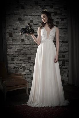 שמלת כלה מחשוף וכתפיות עבות