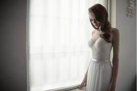 שמלת כלה מחוך תחרה עדין וחגורה