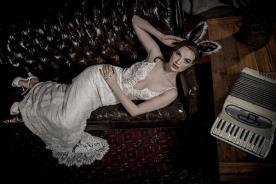שמלת כלה מחשוף עמוק ותחרות