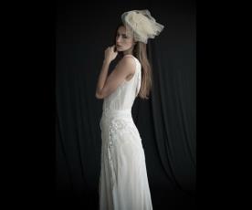 שמלת כלה משוחררת עם עיטורים