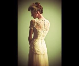 שמלת כלה גב תחרה וכפתורים