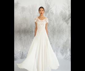 שמלת כלה רחבה עם חגורה ושרוול