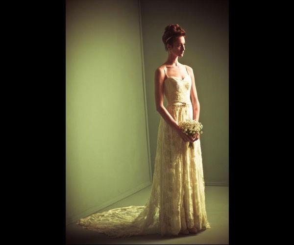 שמלת כלה שובל תחרה וחגורה