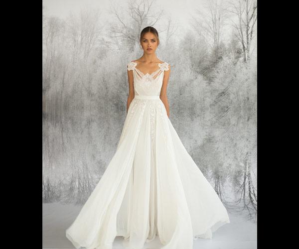 שמלת כלה רחבה וכתפיות מעוטרות