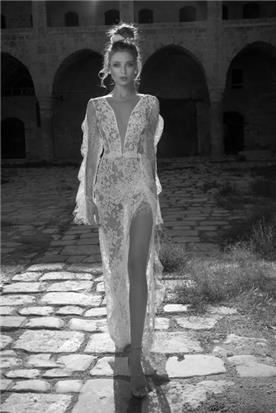 שמלת כלה עם מחשוף ושרוול