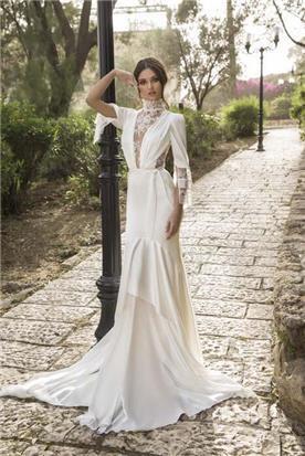 שמלת כלה: קולקציית 2019, שמלה בסגנון רומנטי, שמלה עם תחרה, שמלה עם מחשוף, שמלה עם שובל, שמלה עם שרוולים, שמלה בצבע לבן - ZOOG -סטודיו לכלות