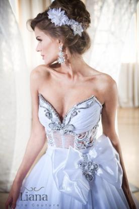 שמלת כלה עם מחוך מעוטר מפוסל