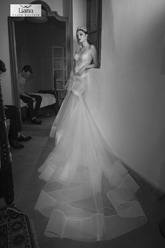 שמלת כלה רומנטית עם שובל מפוסל
