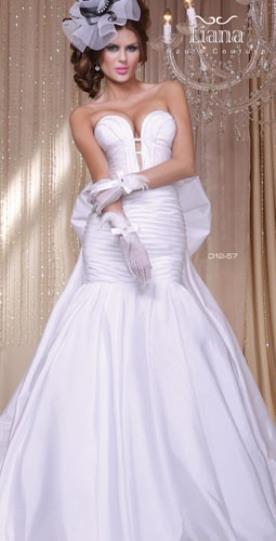 שמלת כלה מפוארת עם מחשוף לב