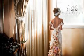 שמלת כלה עם שובל מעוטר פרחים