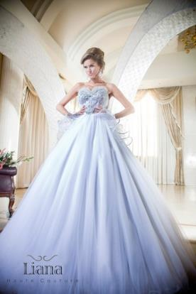 שמלת כלה עם עיטורים רומנטיים