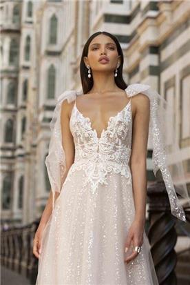 שמלת כלה: קולקציית 2020, שמלה עם כתפיות דקות, שמלה בסגנון רומנטי, שמלה עם תחרה, שמלה עם מחשוף, שמלה בצבע לבן - ברטה BERTA