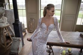 שמלת כלה עם משוף עמוק מתחרה