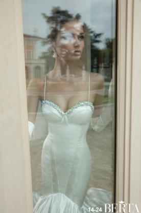 שמלת כלה נועזת מחשוף חרוזים