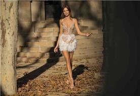 שמלת כלה: קולקציית 2019, שמלה עם כתפיות דקות, שמלה בסגנון רומנטי, שמלה עם תחרה, שמלה עם מחשוף, שמלה בצבע לבן, שמלה בצבע בז', שמלת מקסי - ברטה BERTA