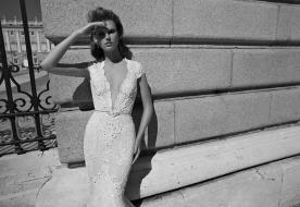 שמלת כלה מחשוף עמוק וחגורה