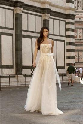 שמלת כלה: קולקציית 2020, שמלה בסגנון רומנטי, שמלה עם תחרה, שמלה עם מחשוף, שמלה עם מחוך, שמלה בצבע לבן - ברטה BERTA