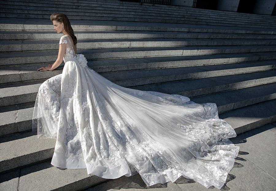 שמלת כלה נפוחה ופרחונית
