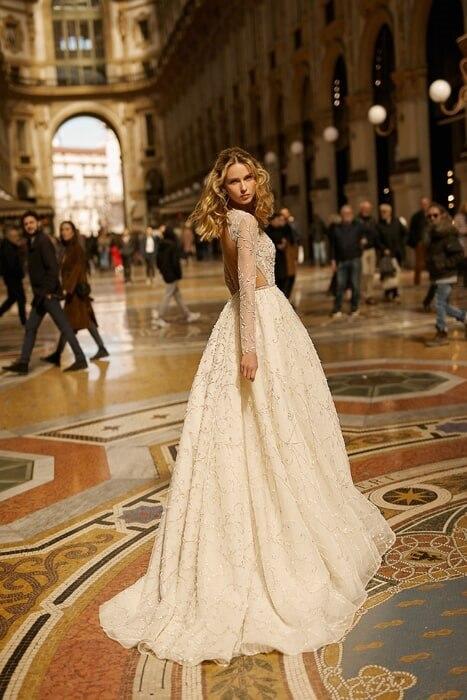 שמלת כלה עם שרווך ארוך ושובל