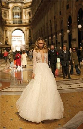 שמלת כלה נפוחה עם מחשוף עמוק