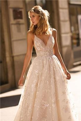 שמלת כלה עם עיטורי פרחים