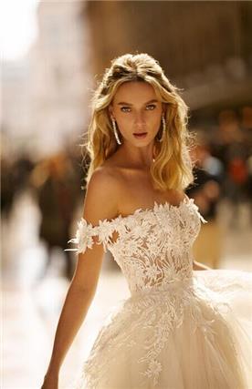 שמלת כלה עם עיטורי פרחים וטול