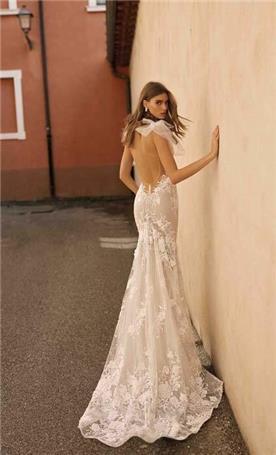 שמלה עם כתפיים חשופות