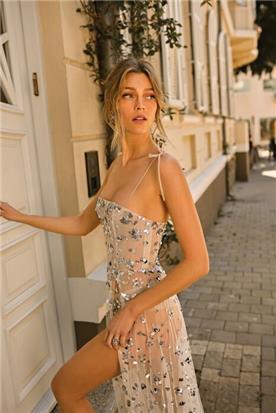 שמלת כלה עם עיטורי אבנים