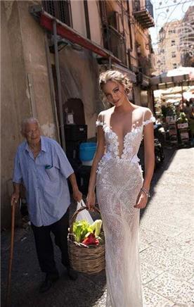 שמלת כלה צמודה עם מחשוף